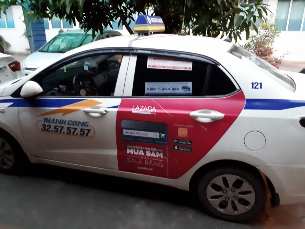 quảng cáo trên taxi cho lazada