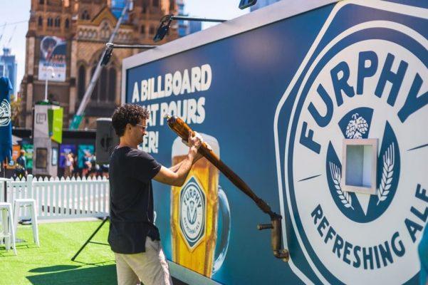 biển quảng cáo rót bia của furphy