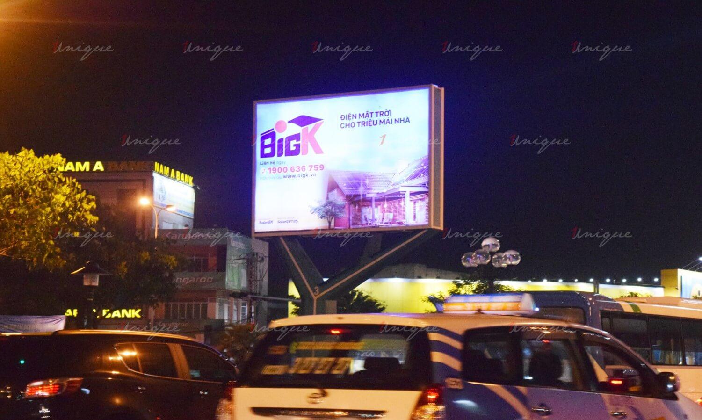 quảng cáo trên đường ra sân bay