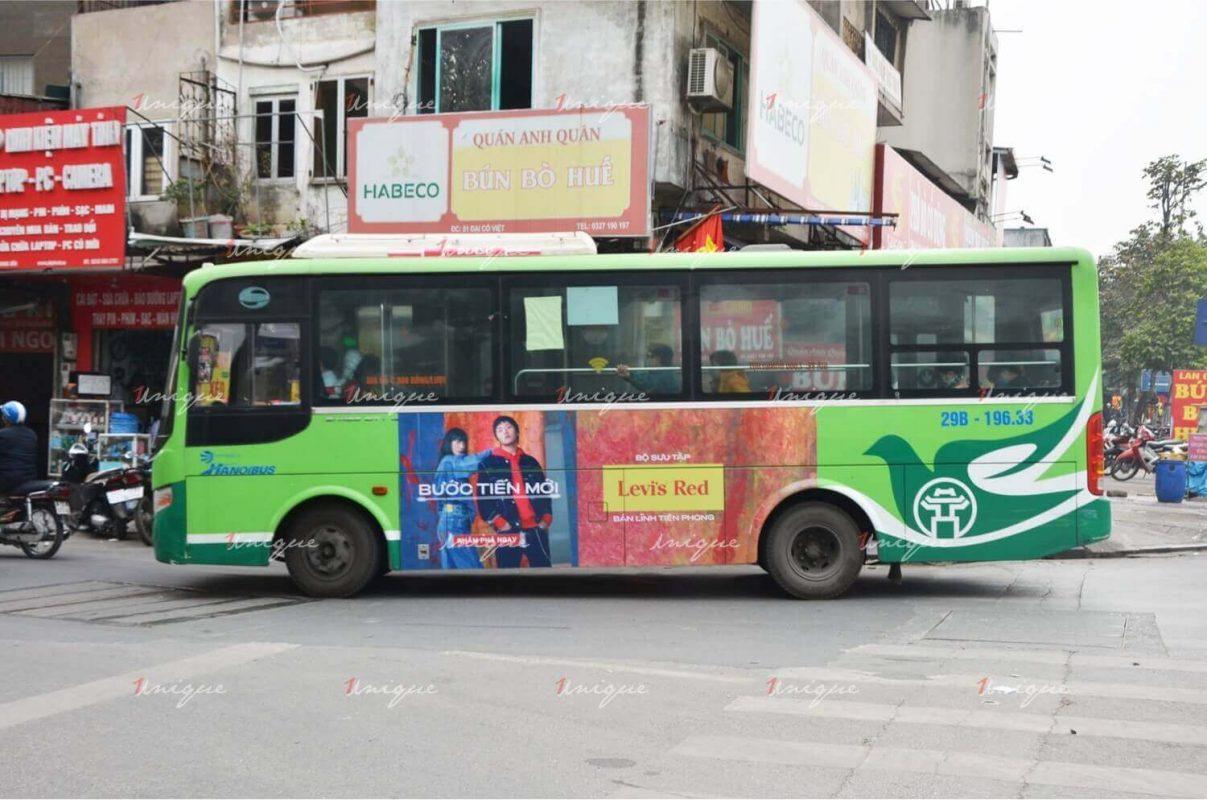 thời trang levi's quảng cáo trên xe bus
